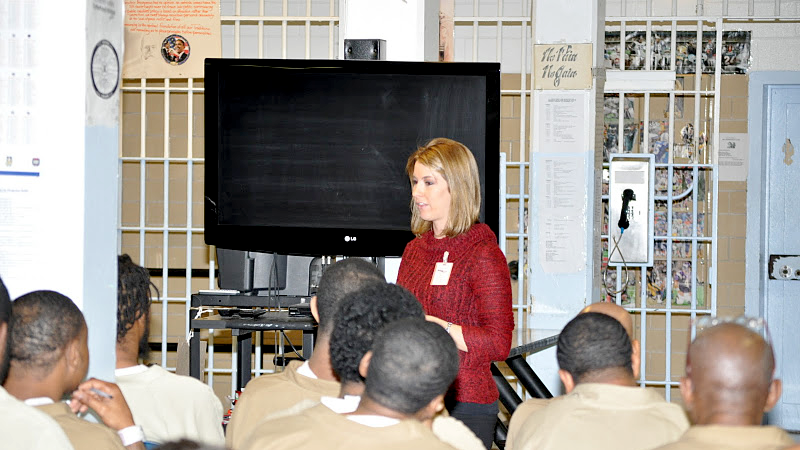 sarah-speaking-to-inmates